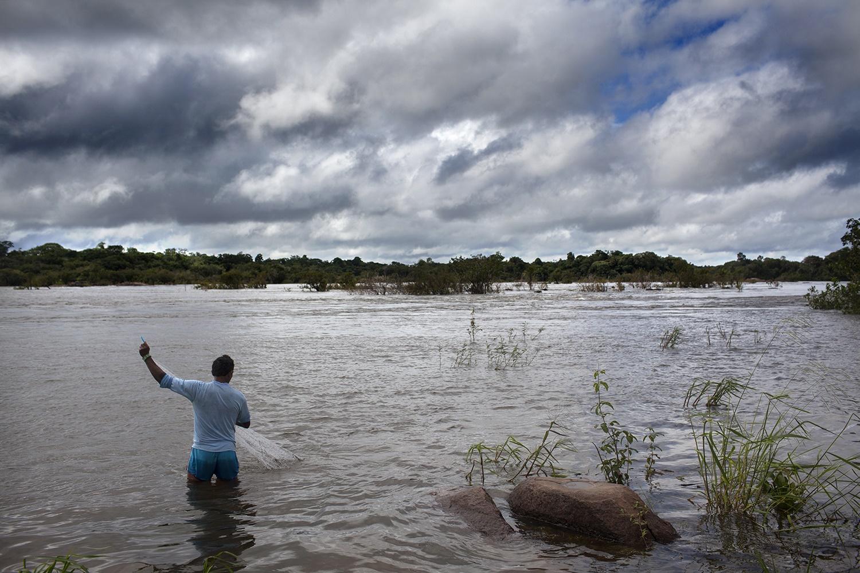 O aumento repentino do volume de água levou canoas, redes e outros utensílios de uso diário que ficavam guardados nas margens do rio