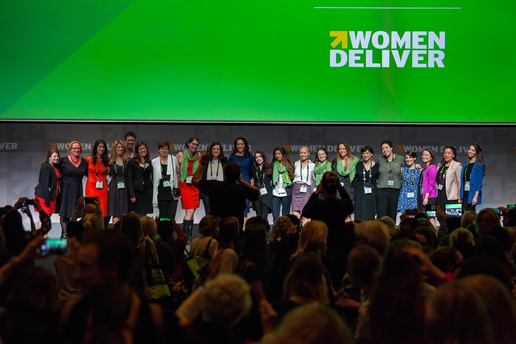 Mulheres o palco após o encerramento de uma das sessões da conferência Women Deliver, que aconteceu em Copenhague