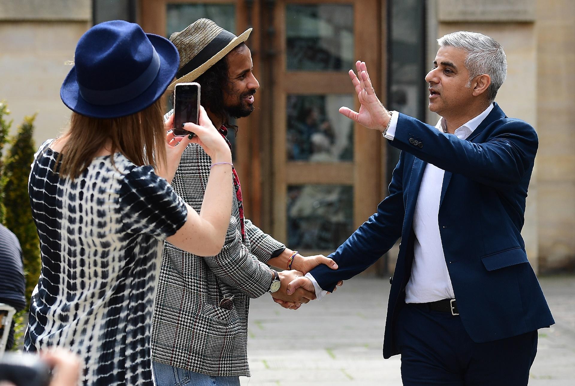 O novo prefeito de Londres, Sadiq Khan, comprimenta eleitores na rua da cidade