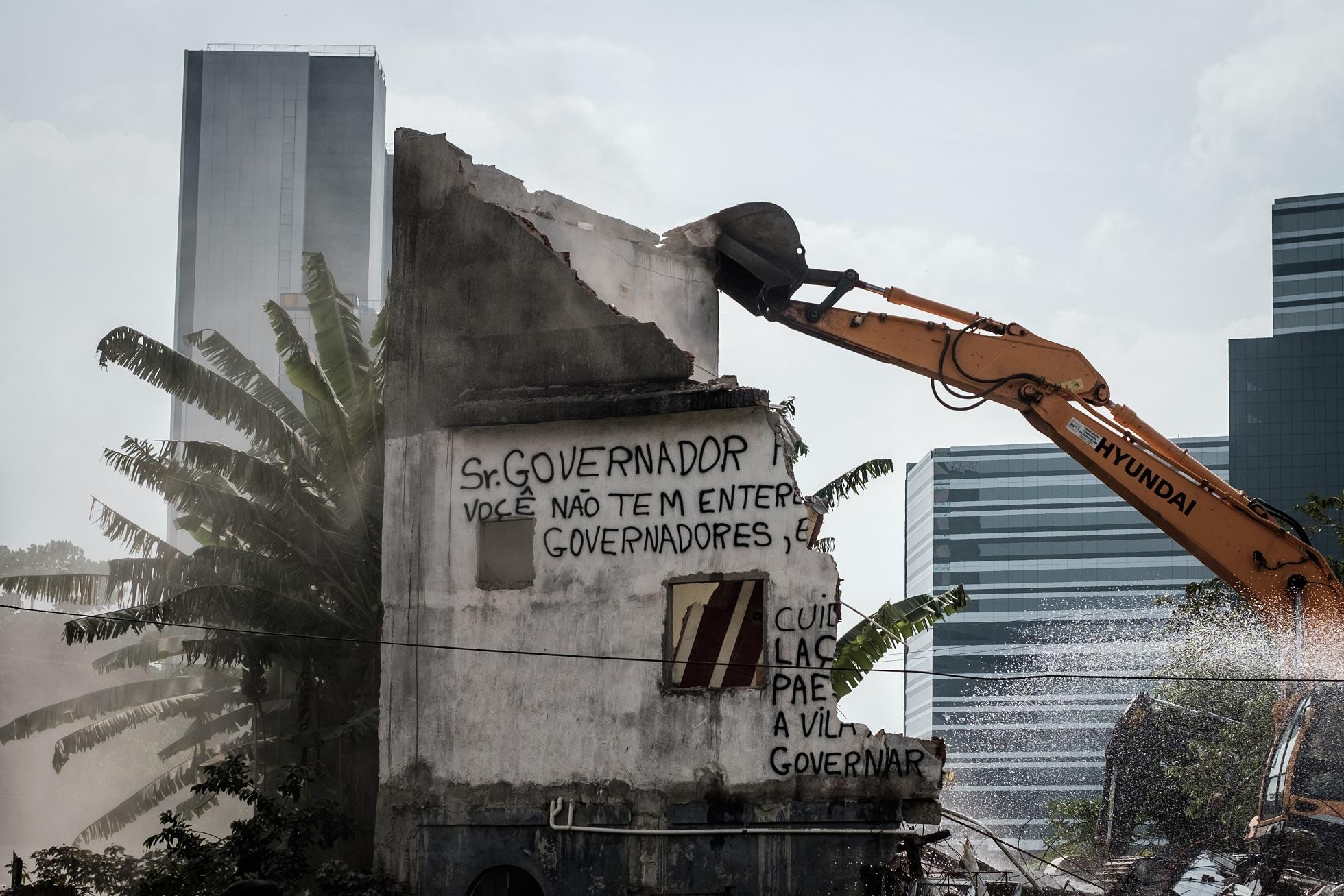 A casa de Maria da Penha Macena, moradora da Vila Autódromo, sendo demolida para a construção da Vila Olímpica
