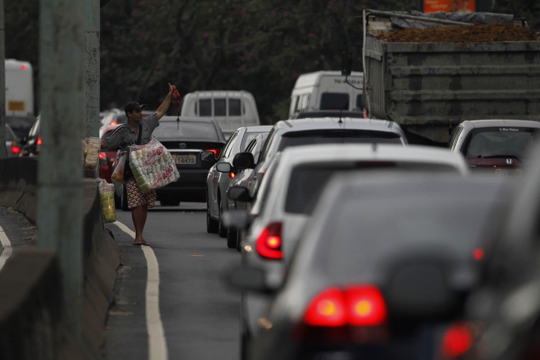 Na Francisco Bicalho, diariamente, formam-se duas fileiras para entrar em uma agulha onde só passa um carro de cada vez