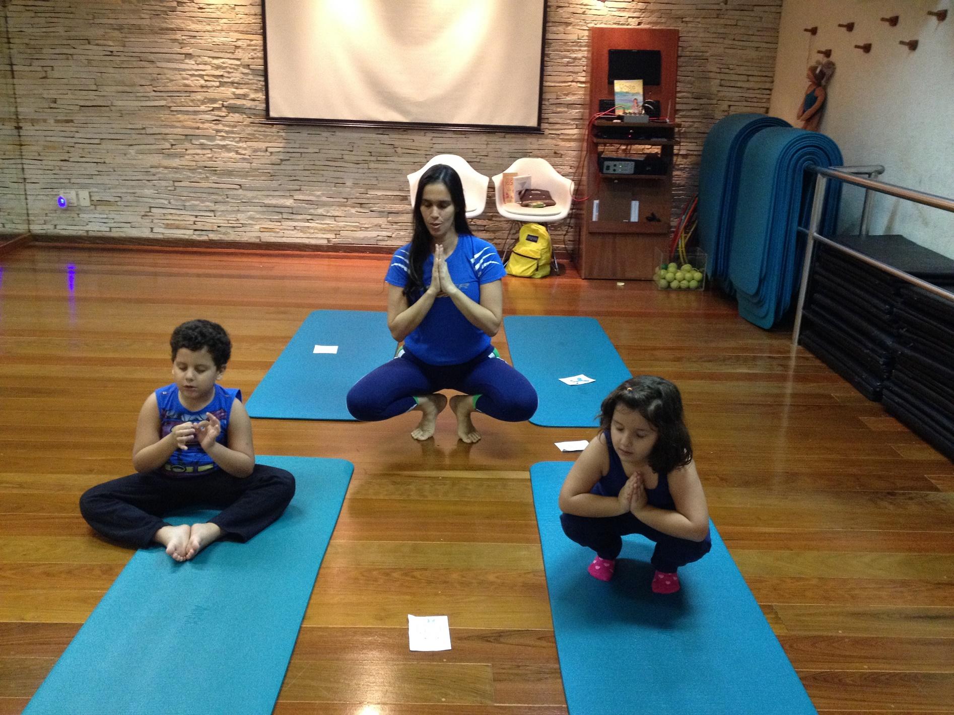 Para ajudar João e Luiza a manter a concentração, a professora de ioga infantil Bianca Graham Bell recorre a um leque de atividades lúdicas e divertidas