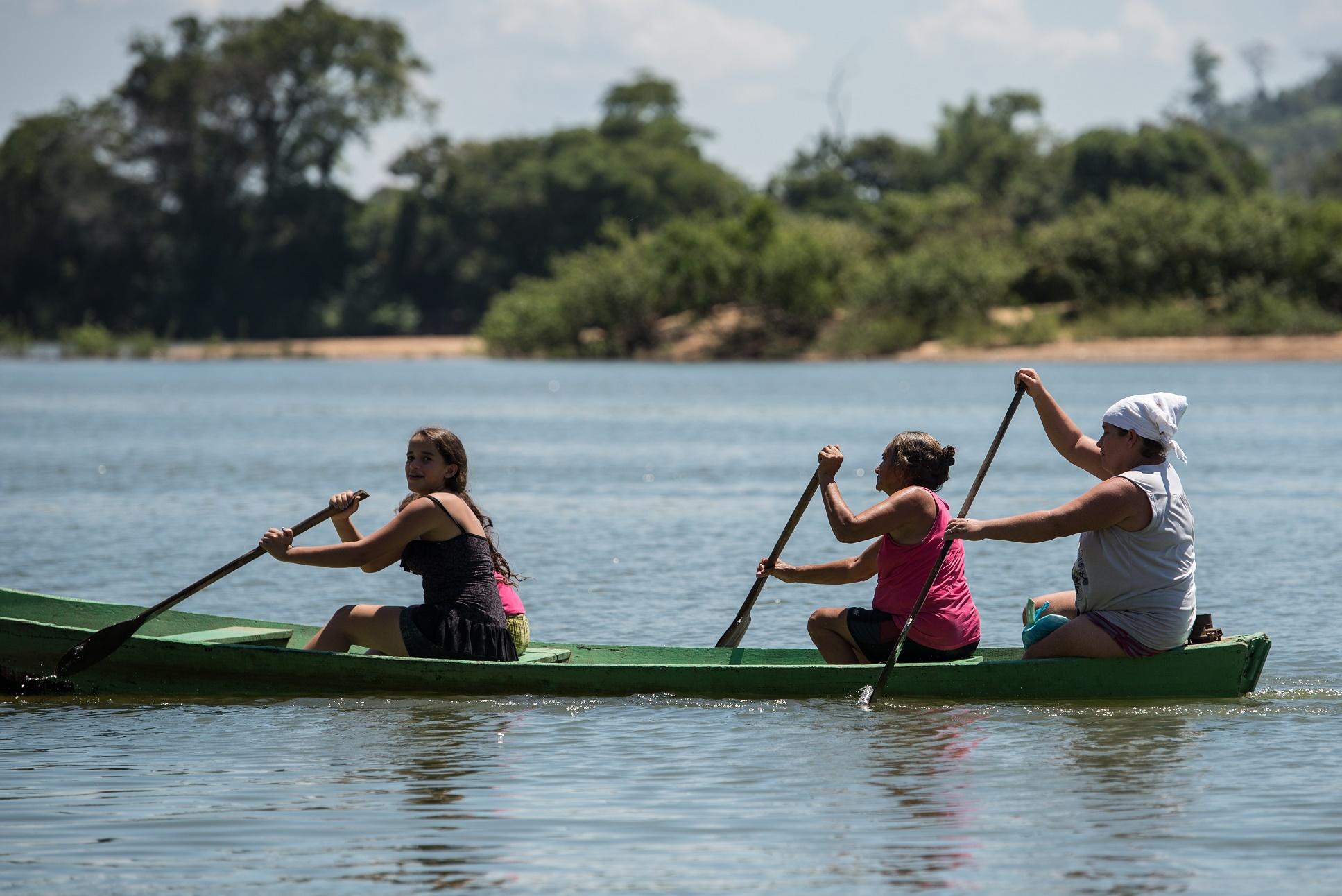 Mulheres atravessam o Xingu de canoa. Na região, além da população ribeirinha, existem 26 povos indígenas que falam 24 idiomas