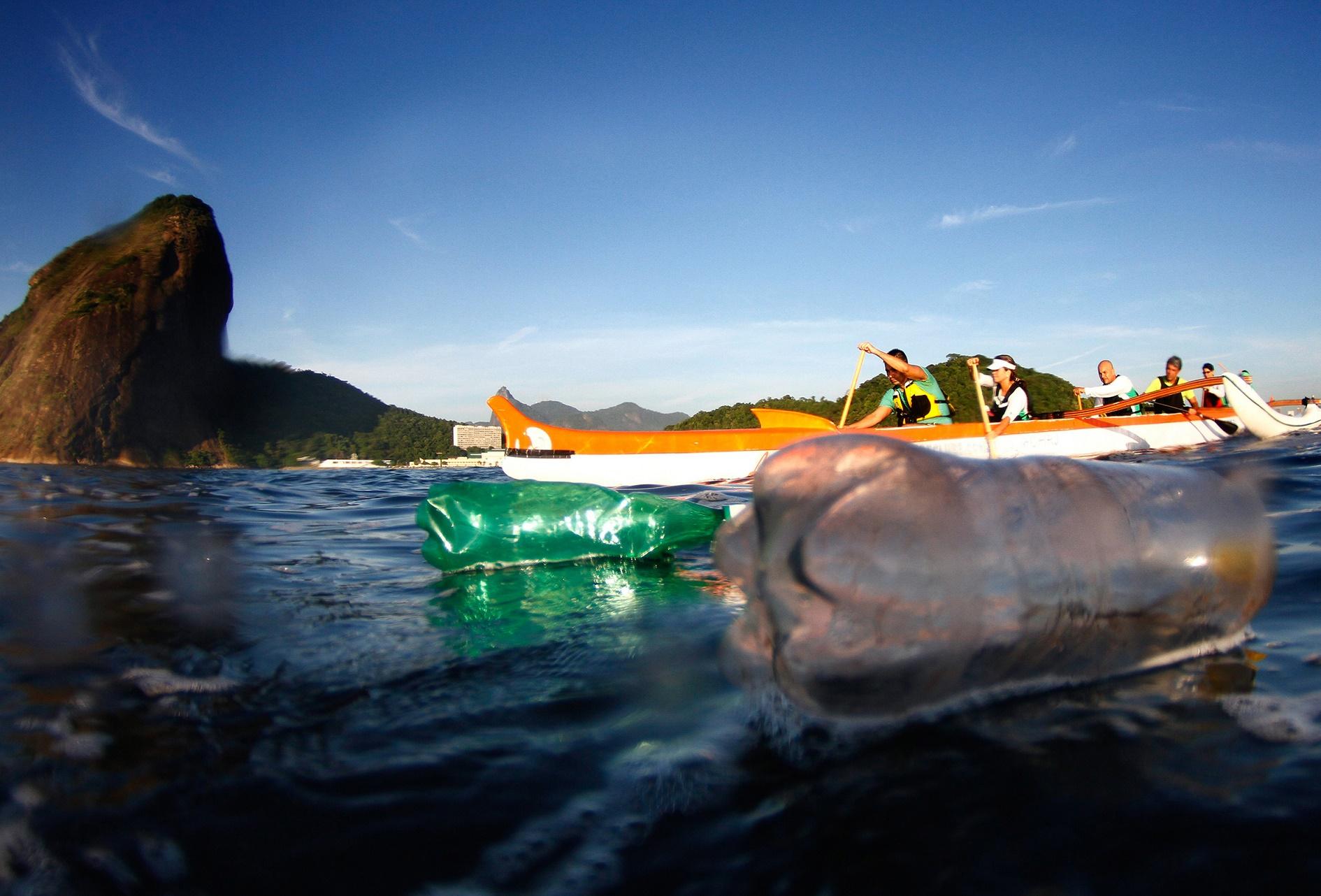 Grupo de remadores enfrenta a cotidiana poluição na Baía de Guanabara