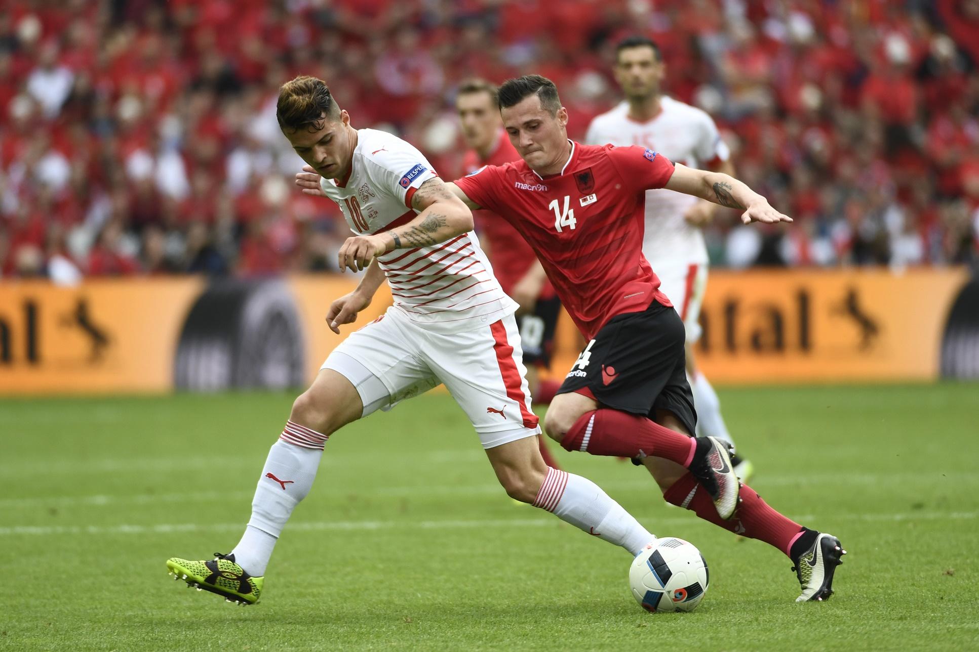 Os irmãos Granit Xhaka, da Suiça, e Taulant Xhaka, da Albânia, disputam a bola no jogo de abertura da Euro 2016, em Lens, na França