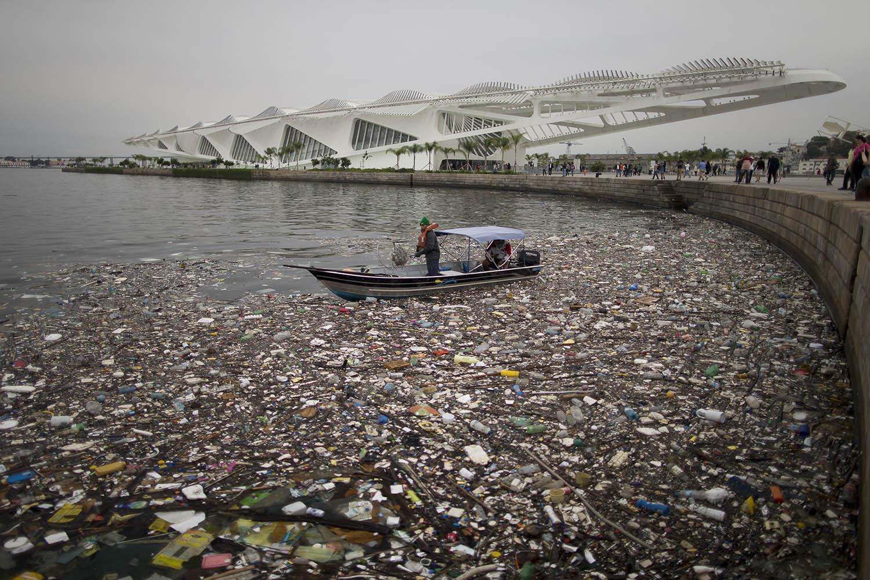 Lixo acumulado em frente ao Museu do Amanhã, um dos novos cartões postais construídos para os Jogos Olímpicos