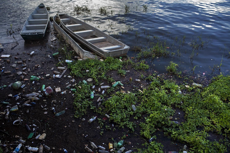 Lixo acumulado no rio Xingu, na orla do centro do município de Altamira. O saneamento prometido não veio