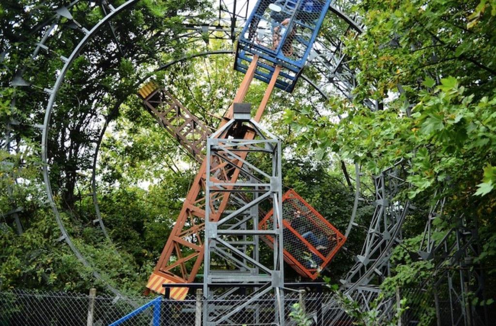 As gaiolas, criadas por Bruno Ferrin, se confundem com o verde e são uma das atrações do parque