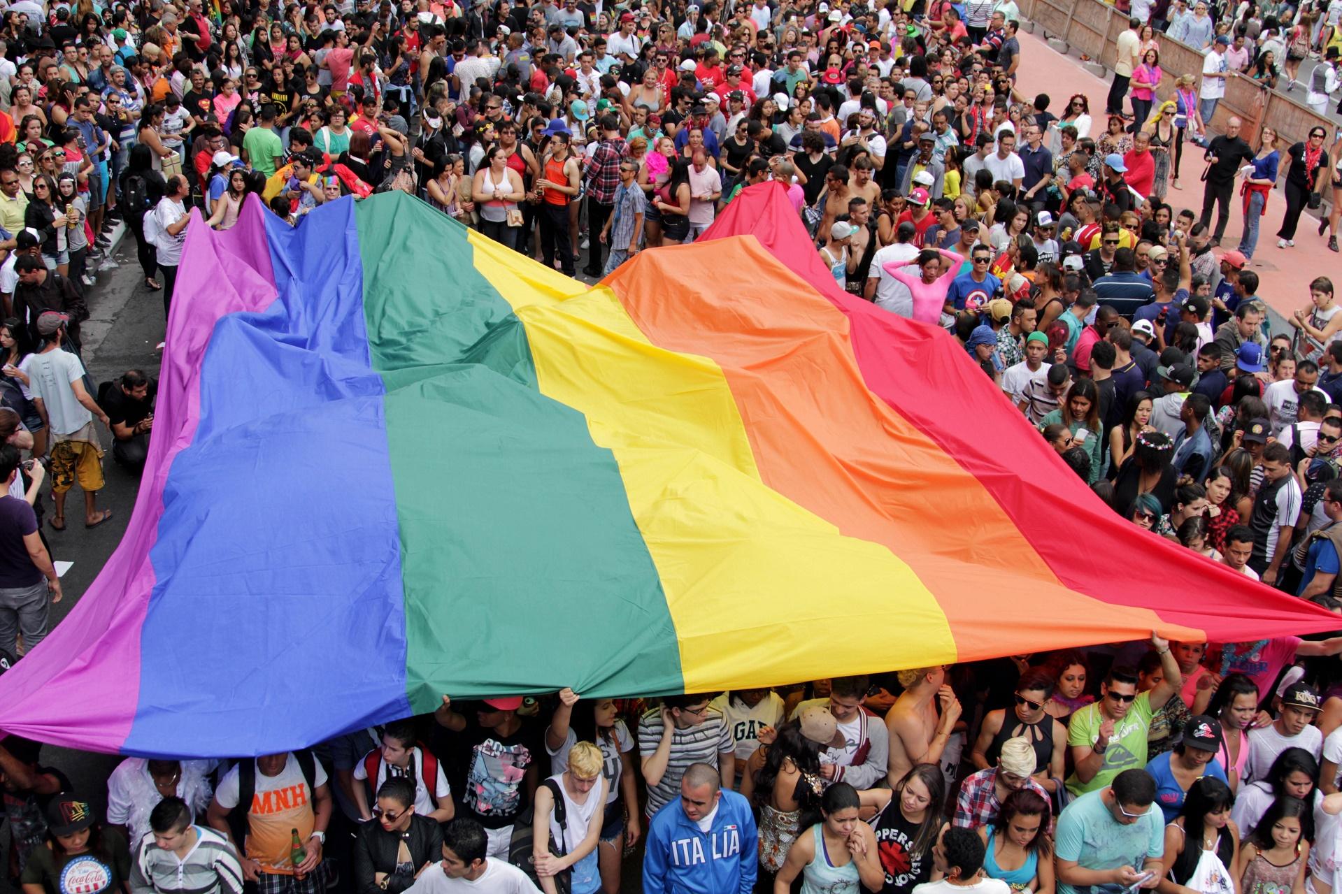 Participantes da Parada do Orgulho LGBT ocupam a Avenida Paulista, em São Paulo
