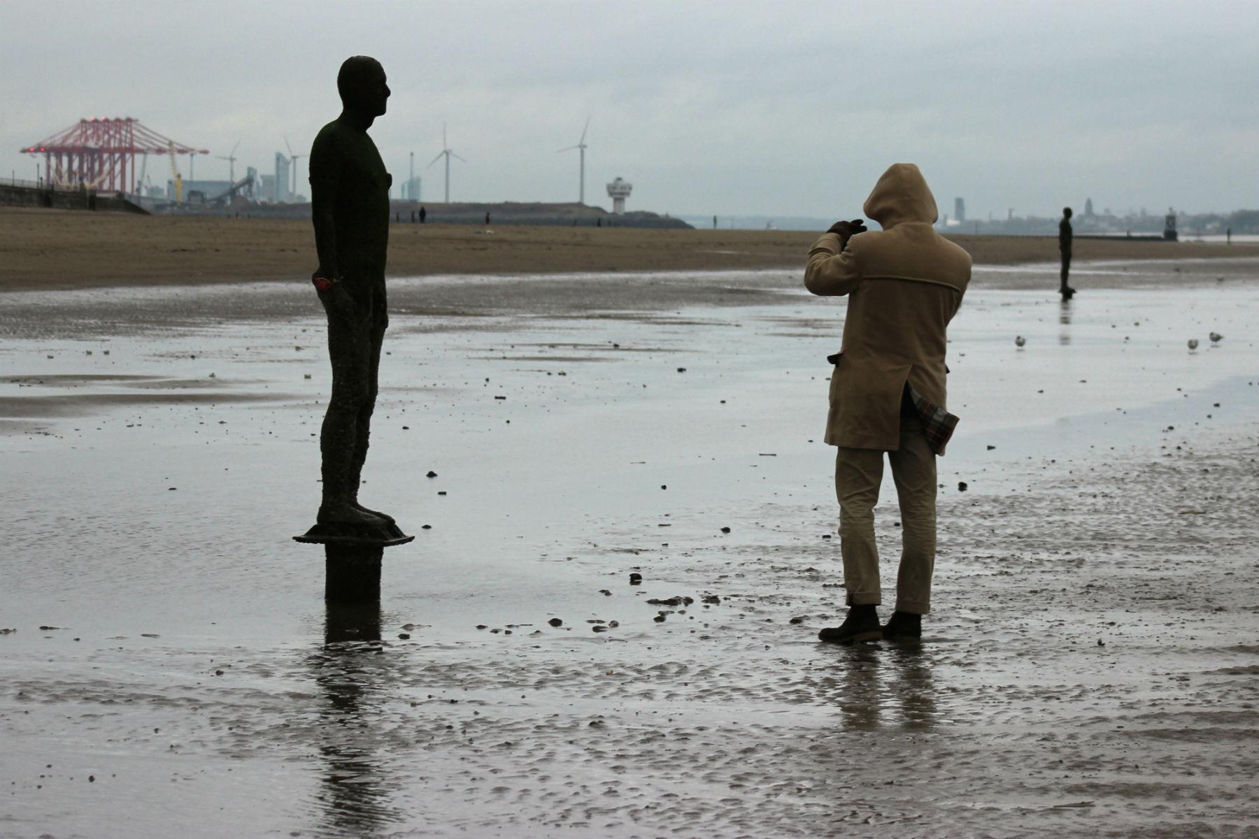 Atração da praia até em dias de chuva, um dos homens de ferro é fotografado