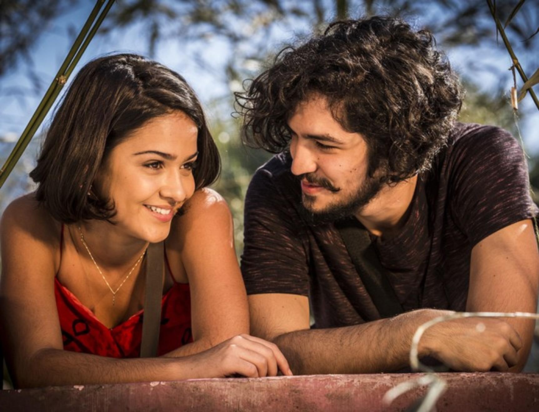 Giullia Buscacio e Gabriel Leone vivem Olívia e Miguel, um casal apaixonado por agricultura sustentável