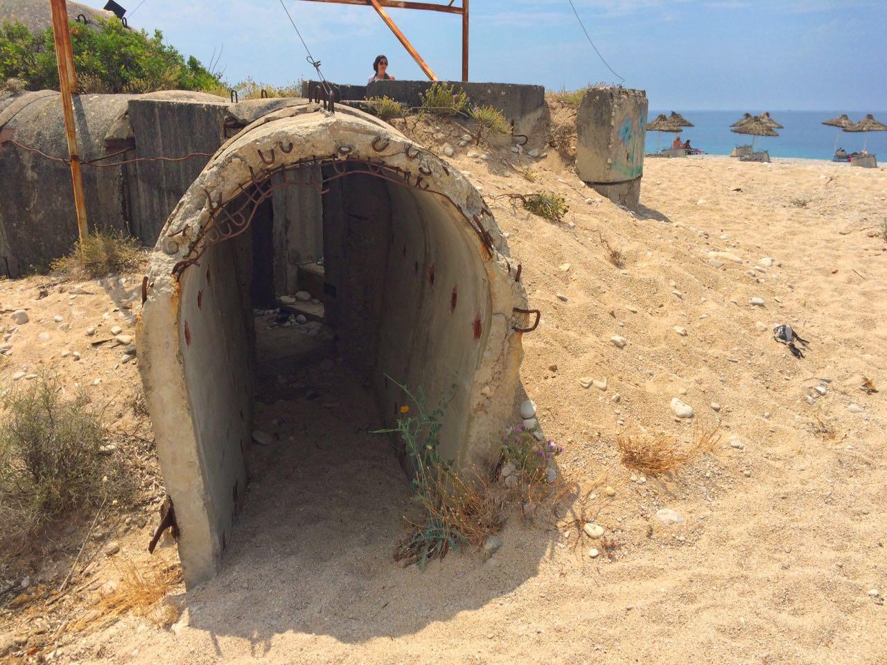 Em Livadh Beach, um dos muitos bunkers que estão espalhados pelo país