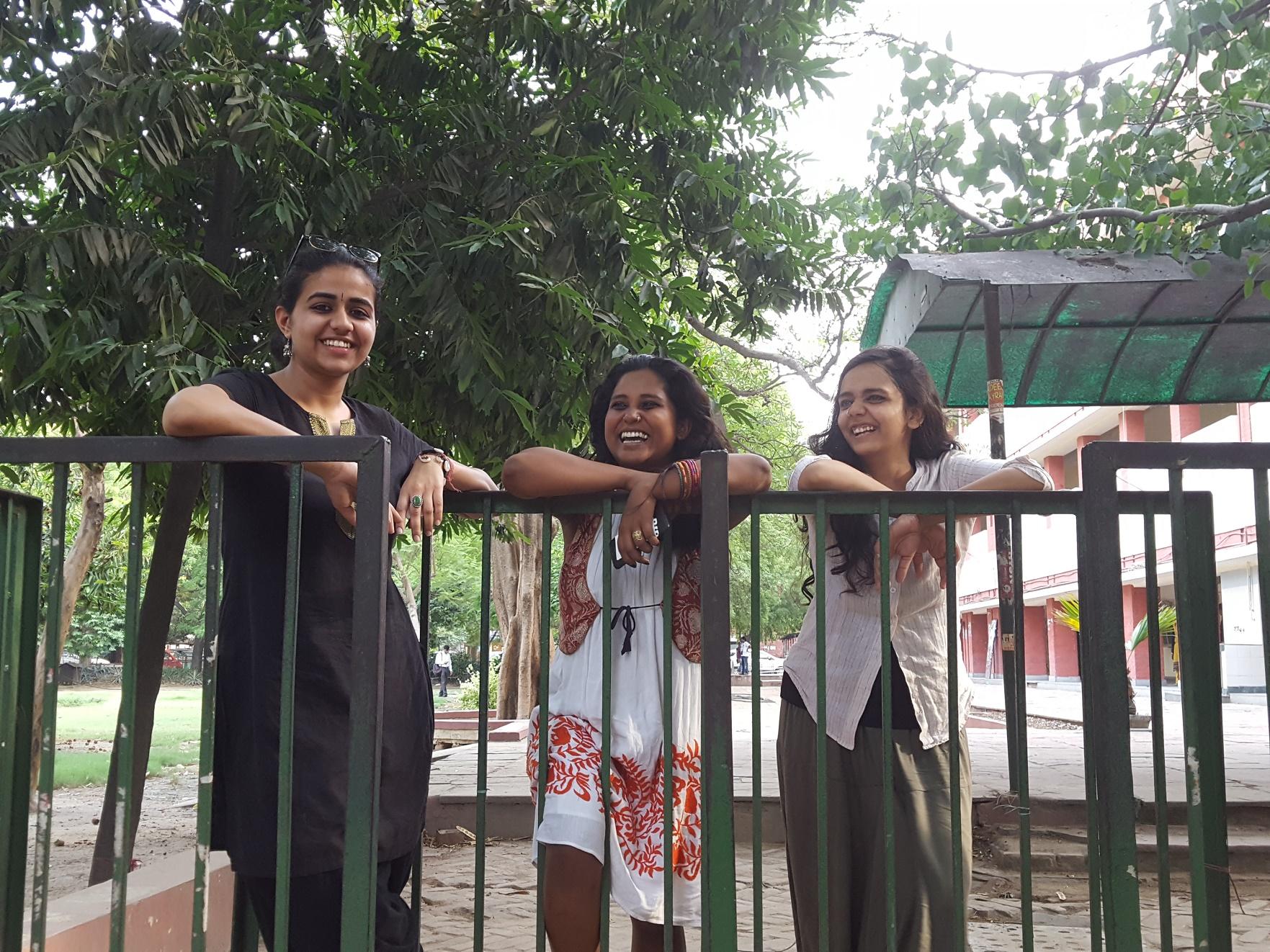 Líderes do Pinjra Tod (Devika, Devangana e Shambhavi) no campus da Universidade de Delhi