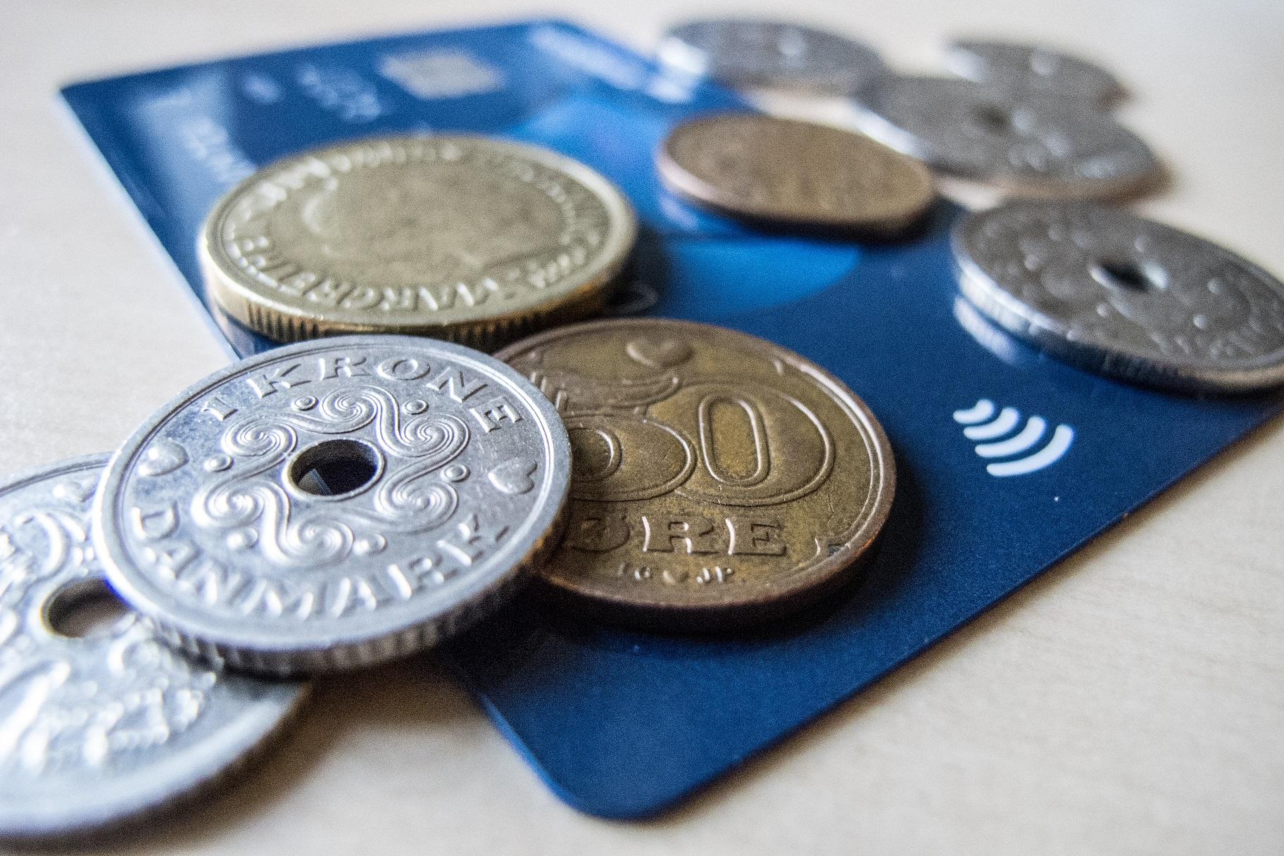 Na Dinamarca, até 1990, mais de 80% dos pagamentos ocorriam com dinheiro ou cheque. Agora eles giram em torno de 25%