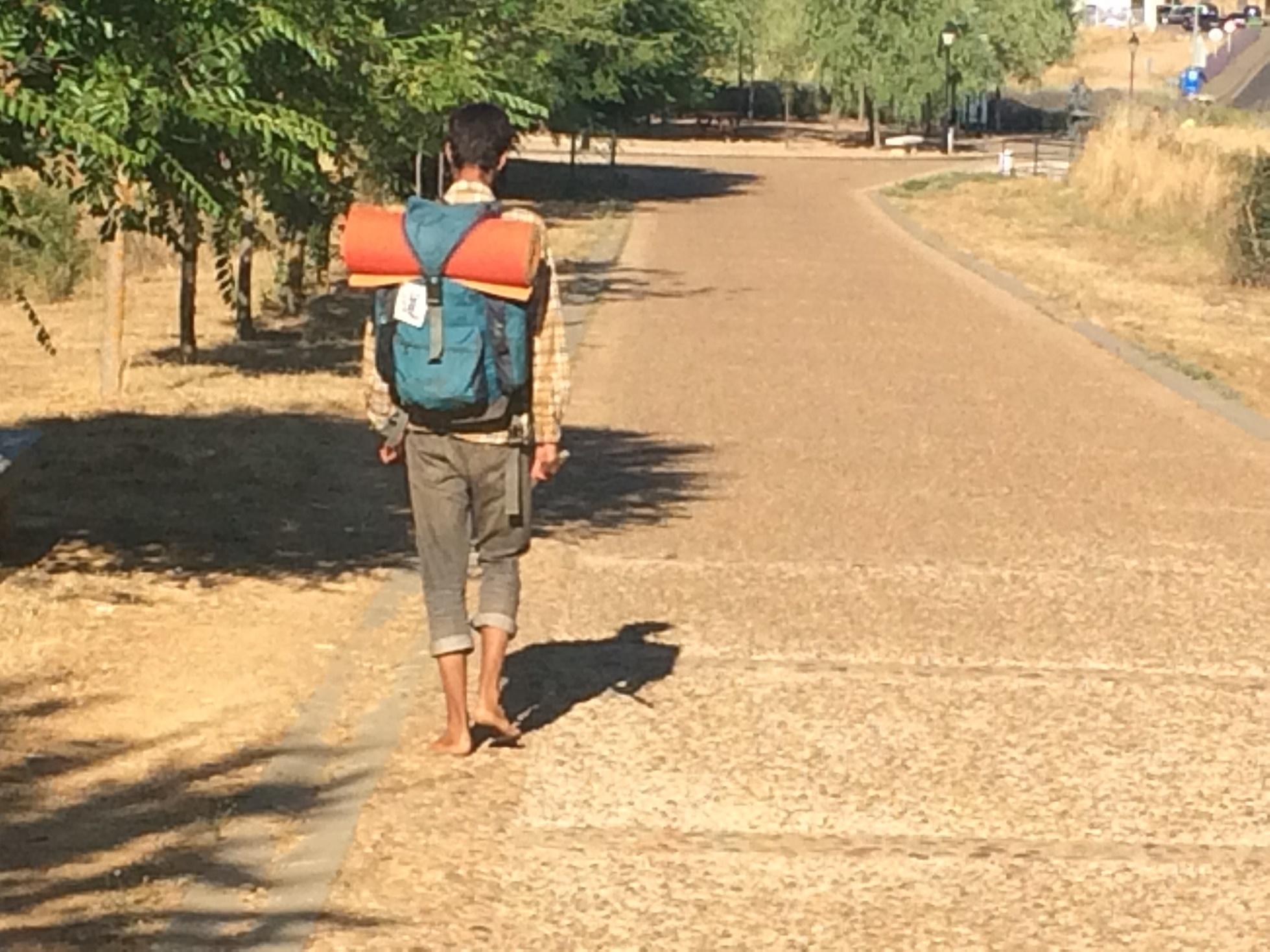 Dominique, um jovem da República Tcheca, saiu da França com destino a Santiago, num percurso de mais de mil quilômetros, descalço