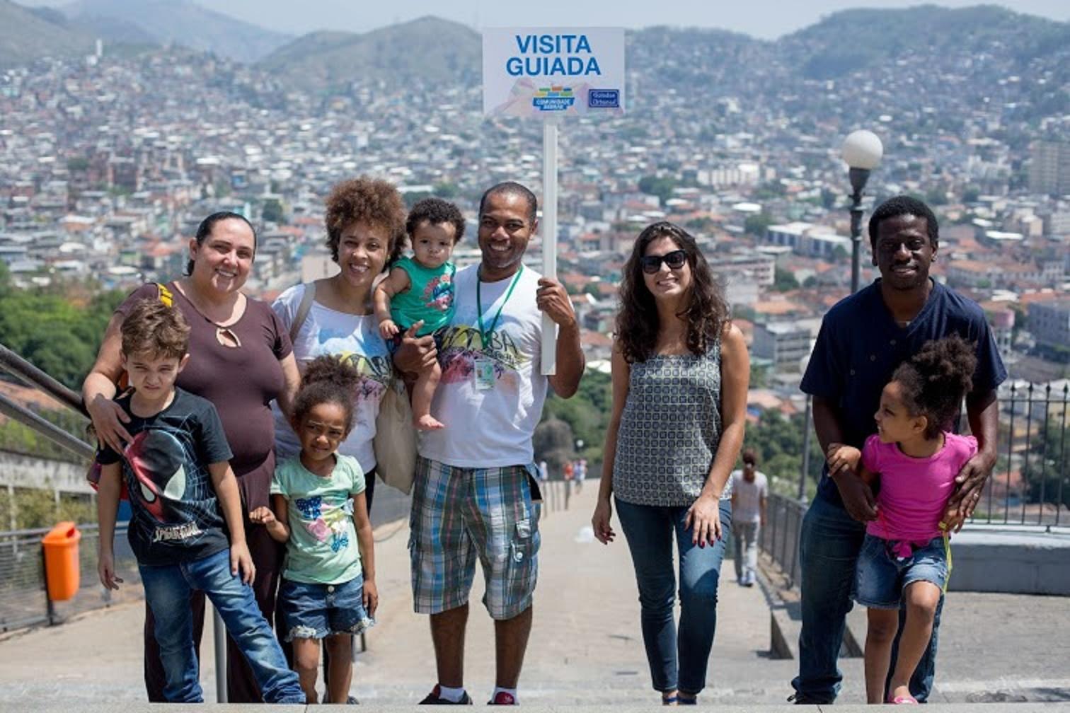 Adultos e crianças se divertem na visita guiada à Zona Oeste: passeio e cidadania