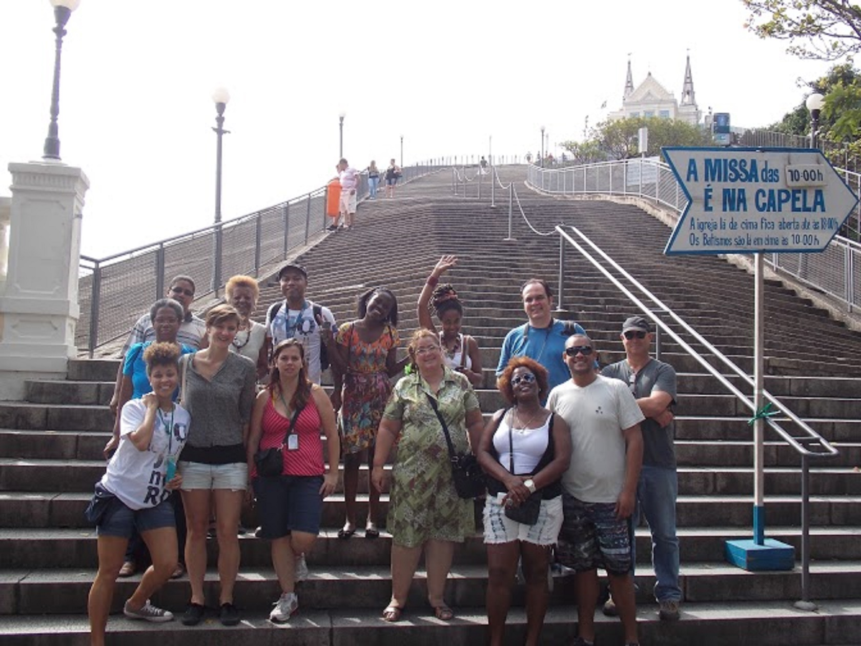 Grupo na escadaria da Igreja da Penha: belezas da Zona Norte