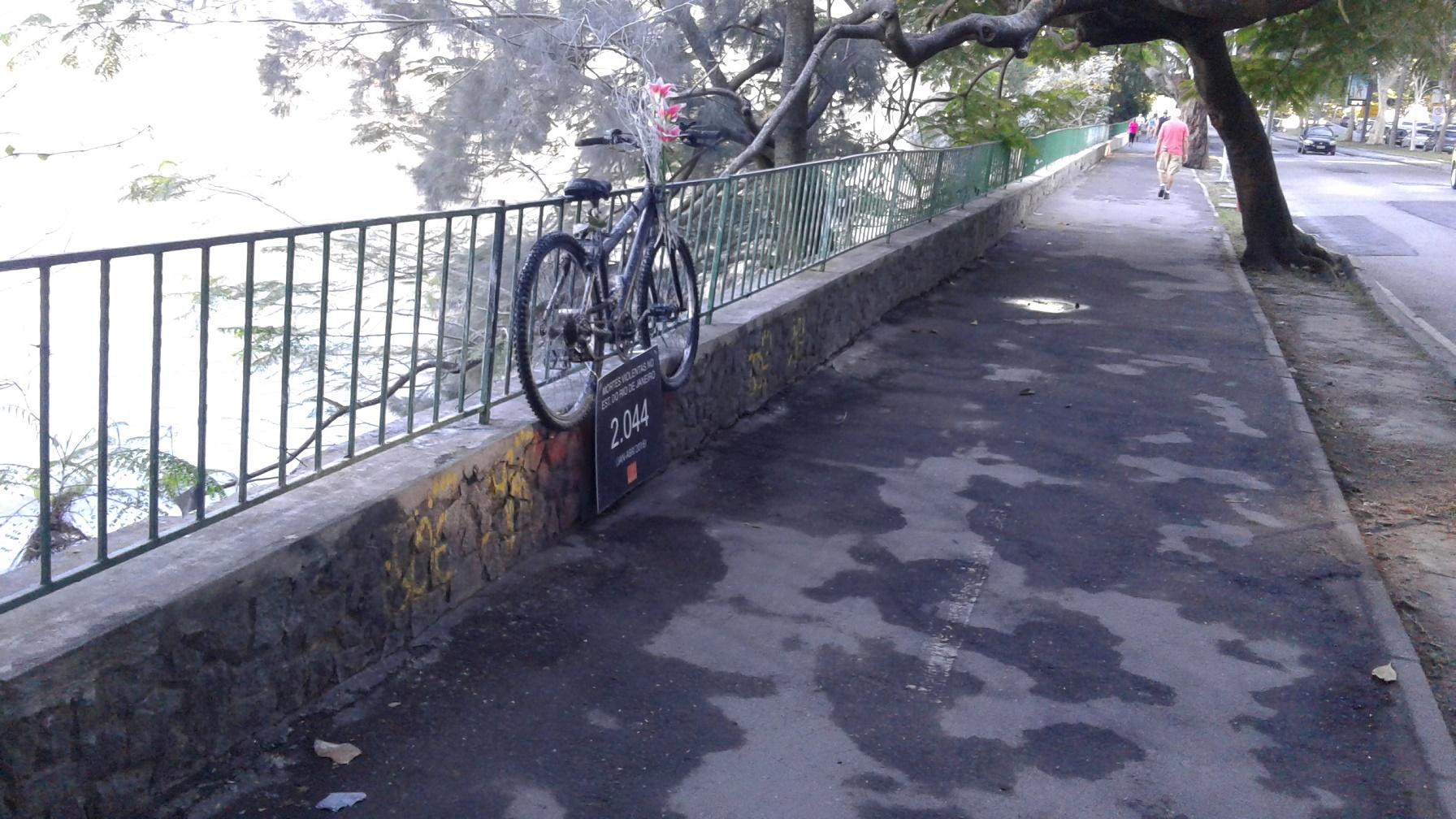 Apenas uma bicicleta e um cartaz que homenageiam o médico Jaime Gold, morto no ano passado, permanecem no local