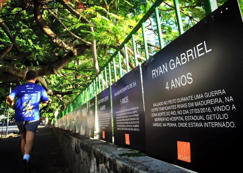 Os cartazes que foram retirados traziam nomes de crianças vítimas de balas perdidas e de policiais mortos enquanto trabalhavam