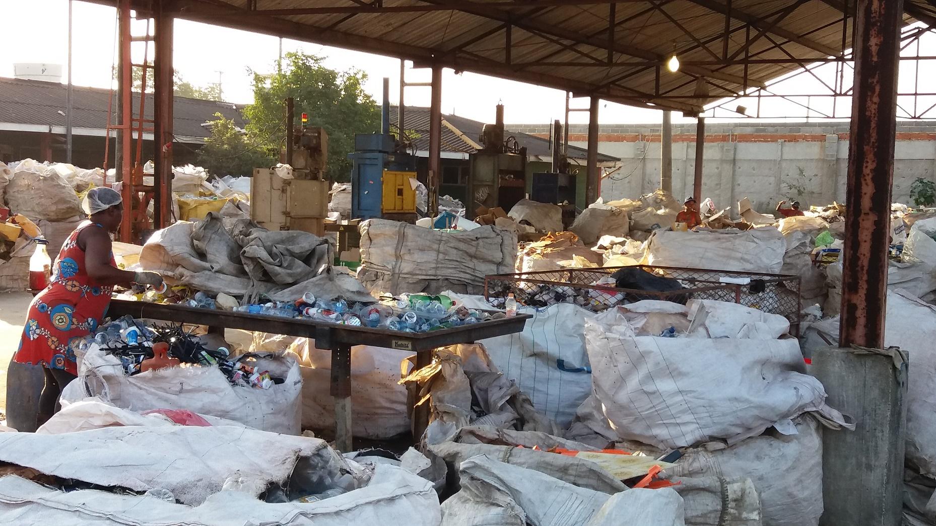 Centro de triagem de lixo da Associação dos Catadores do Aterro Metropolitano de Jardim Gramacho