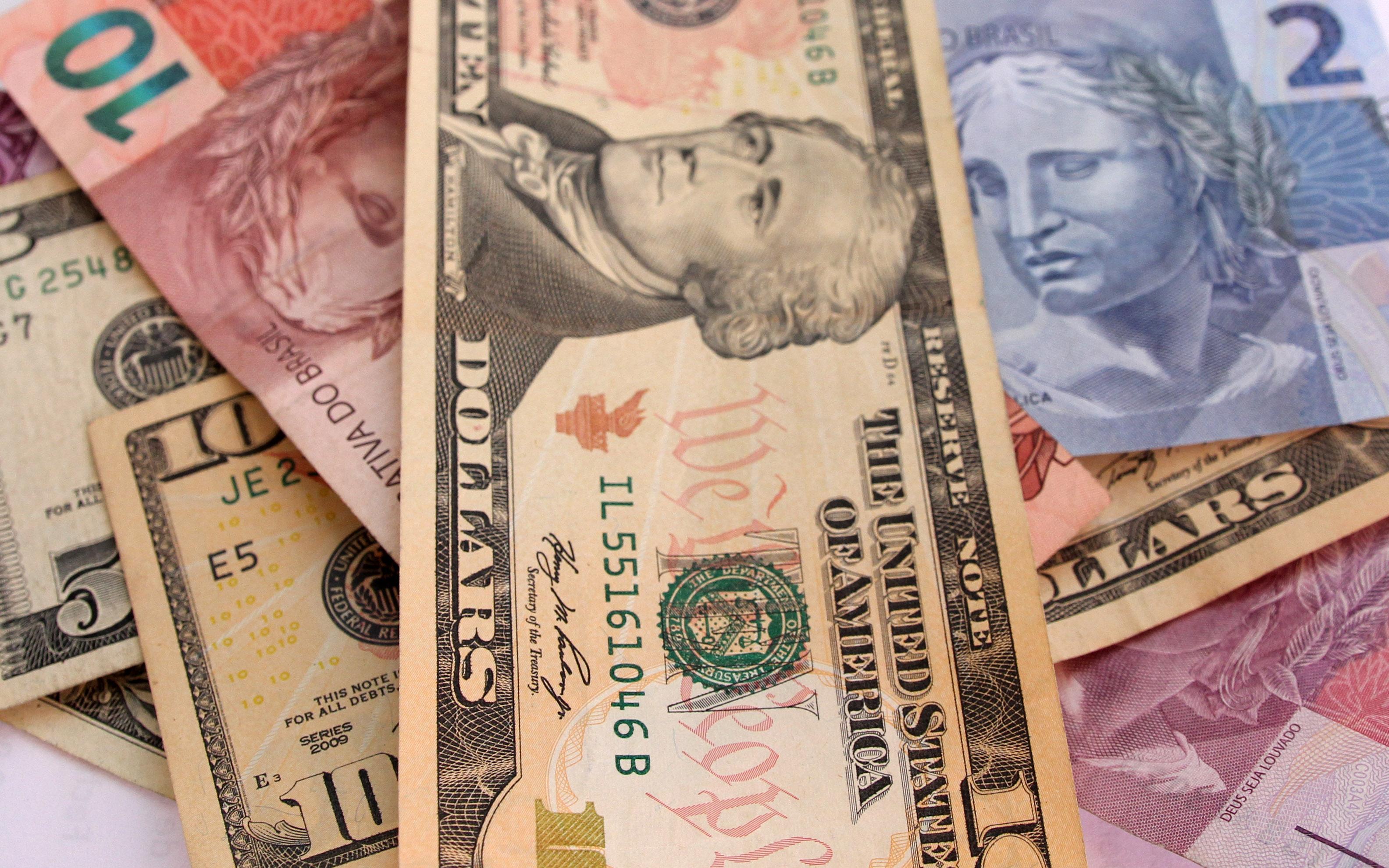Notas de dólares e real