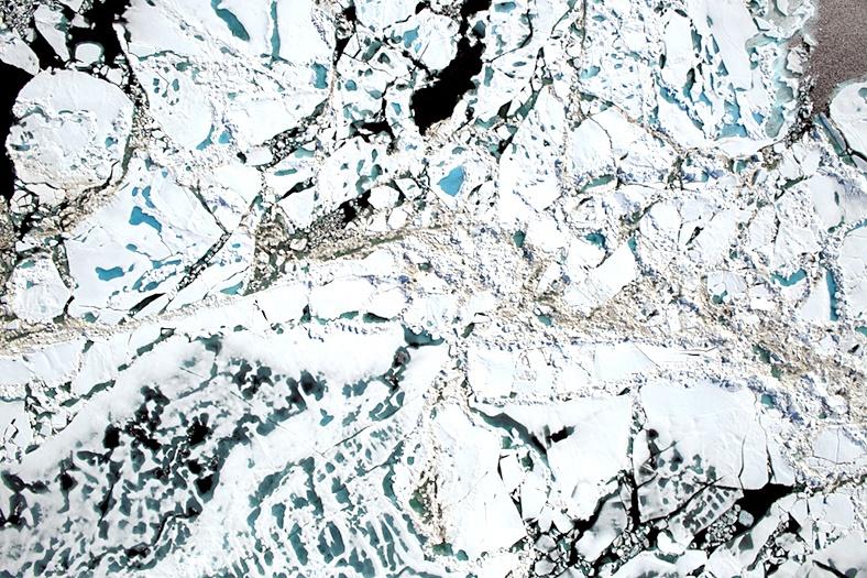 Imagem da missão IceBridge, da Nasa, capturada a cerca de 500 metros de altitude. Podem ser vistas as placas e as poças de gelo derretido (em azul mais claro)