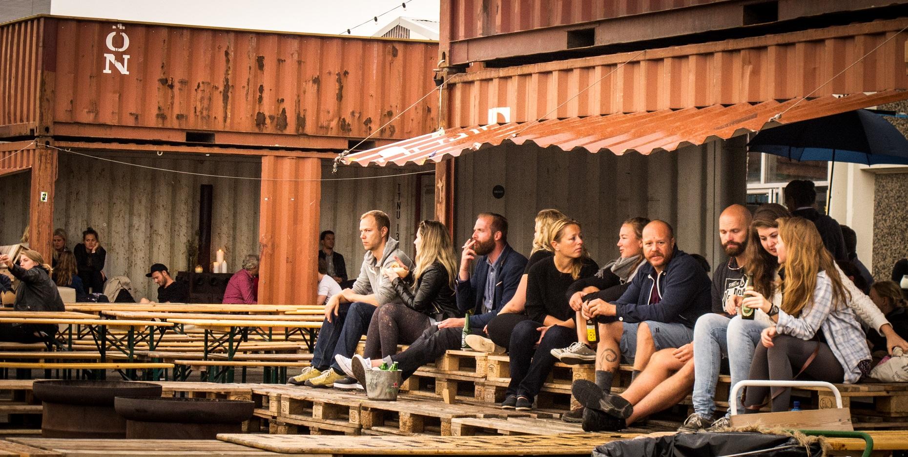 No Papirøen, cada um escolhe sua opção de comida e bebida, senta numa das mesas coletivas de frente para o porto e relaxa…