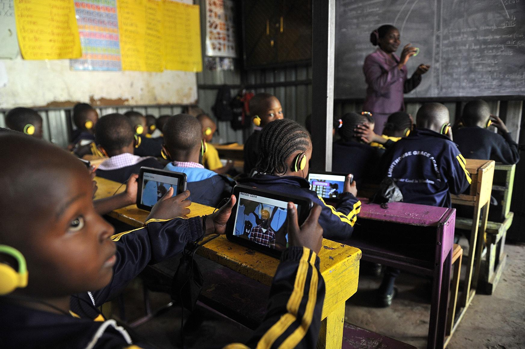 Crianças numa escola de Nairóbi, no Quênia, usam um modelo de tablet criado por uma empresa local