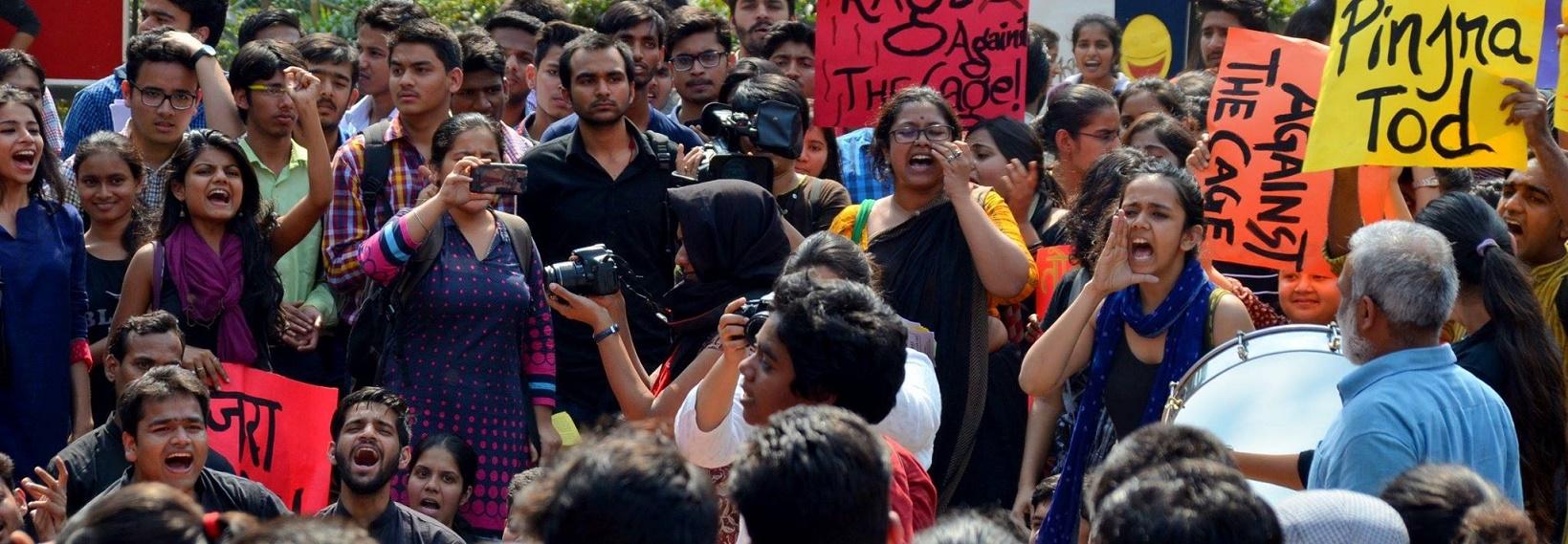 As meninas do Pinjra Tod numa das muitas manifestações de rua em Nova Delhi