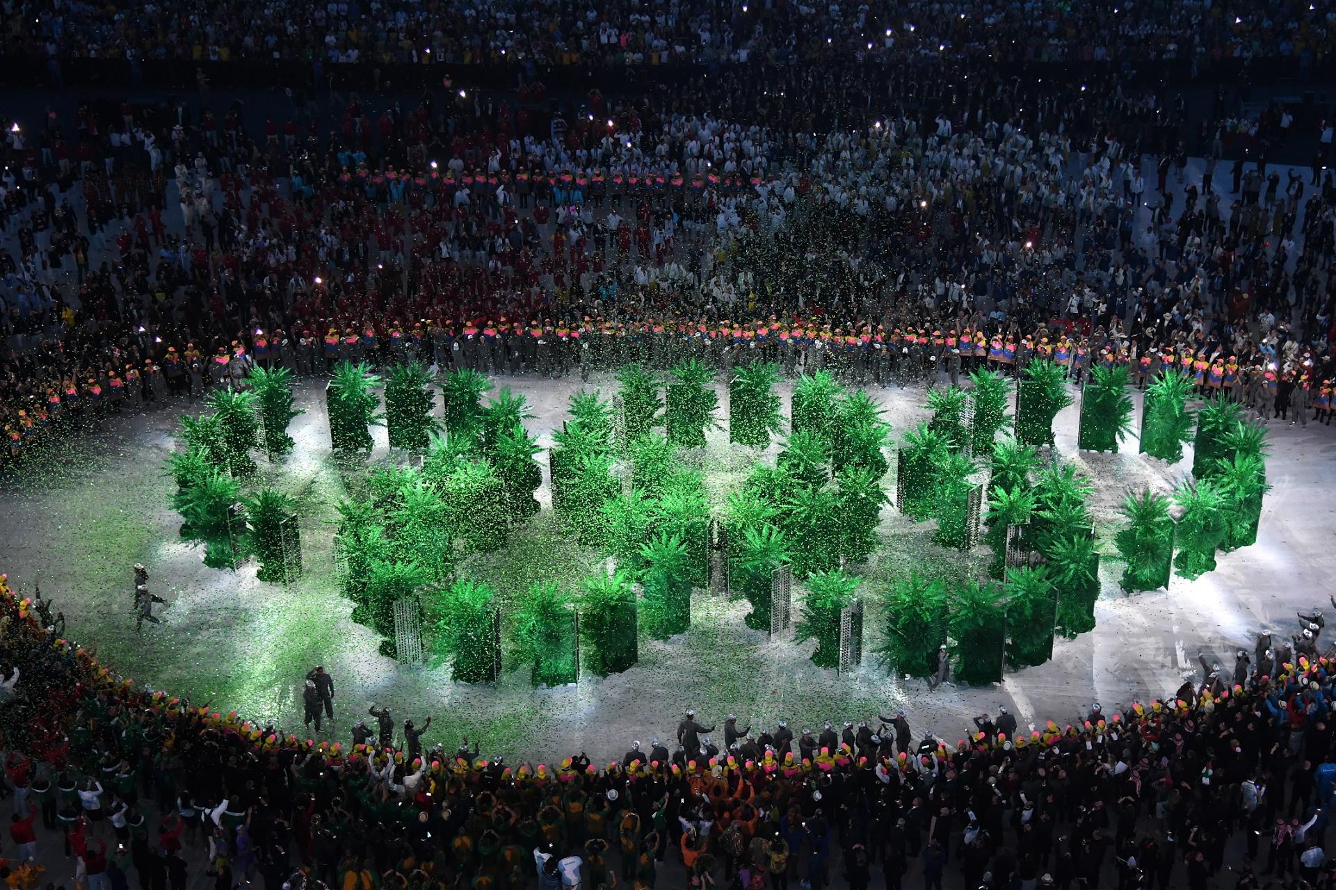 Anéis olímpicos formados por árvores, na festa de abertura: alerta para o aquecimento global