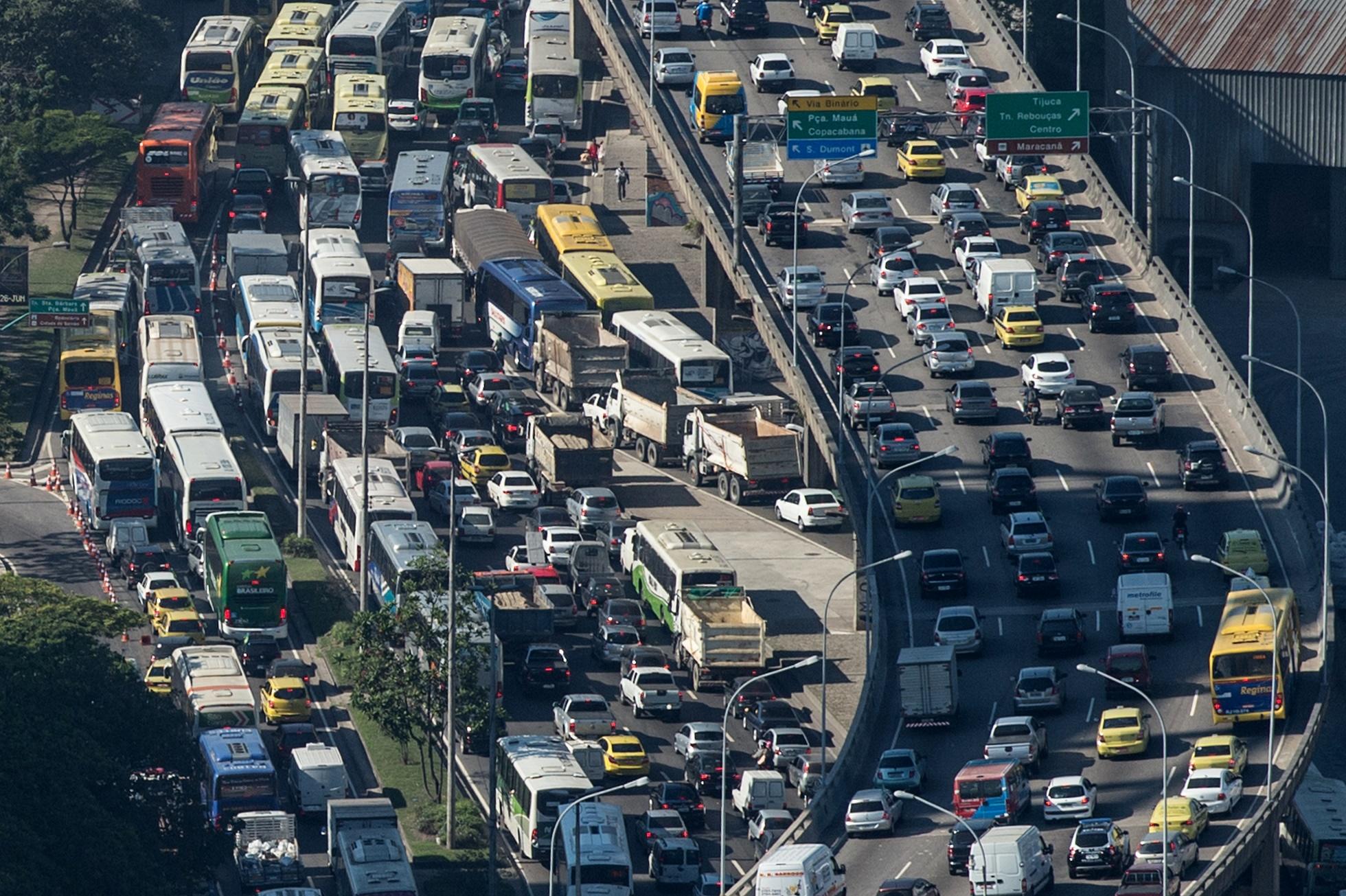 Vista aérea do trânsito no Rio. Pesquisa da Firjan mostrou que Região Metropolitana perdeu R$ 29 bilhões em 2013 devido aos congestionamentos