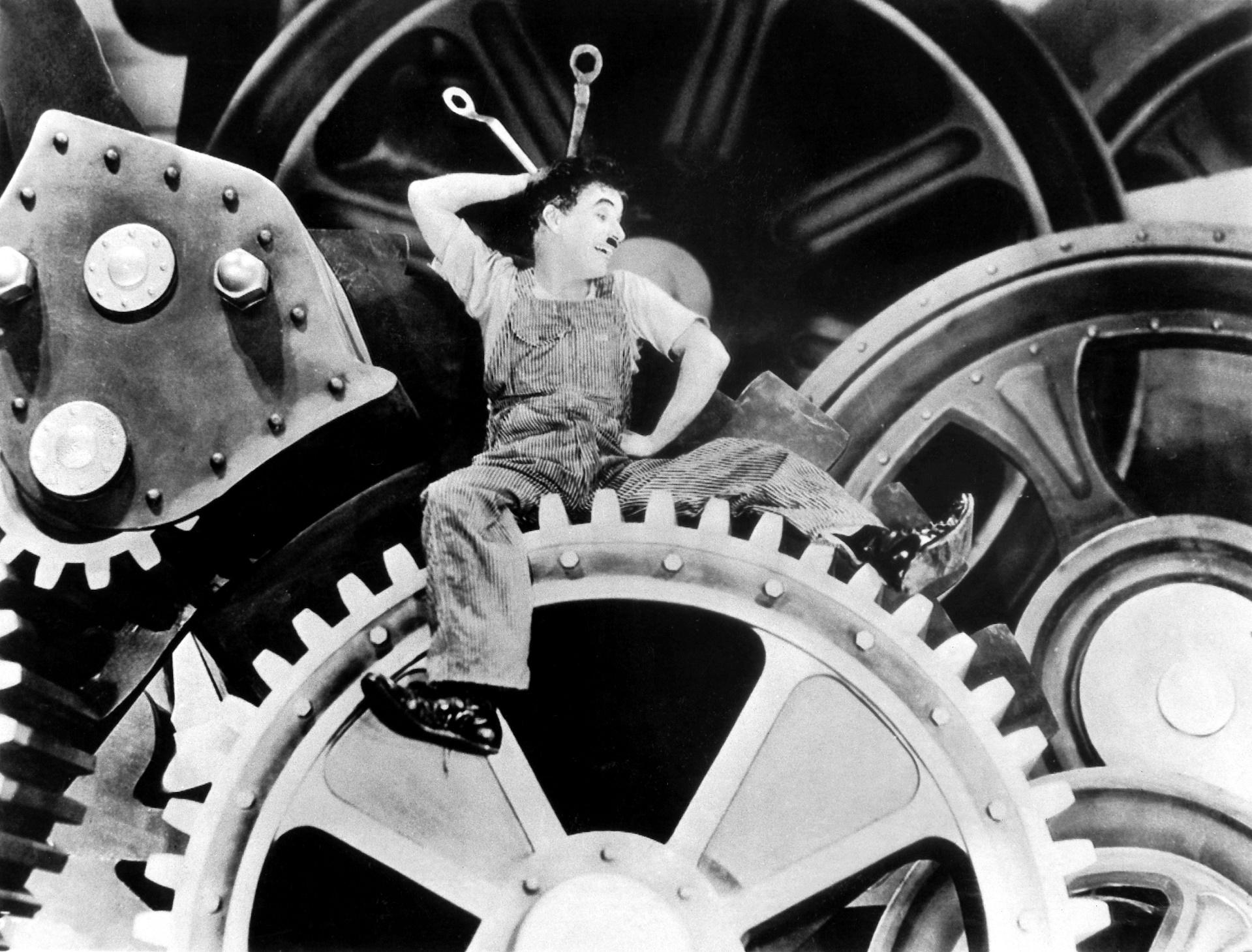 O clássico Tempos Modernos, de Charlie Chaplin, é de 1936, mas os dramas no ambiente de trabalho continuam e se agravaram ao longo do tempo. Foto DPA