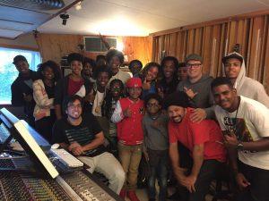 Marivaldo (de turbante), com Liminha (atrás dele, de boné) e os meninos do Urban Sounds