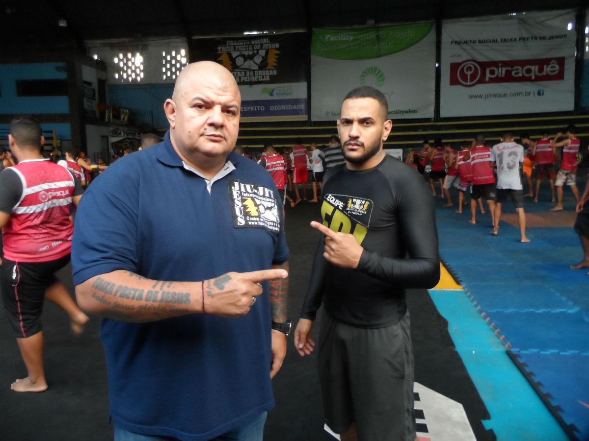 Ricardo e Mamute (de camiseta preta) no galpão do Faixa Preta de Jesus