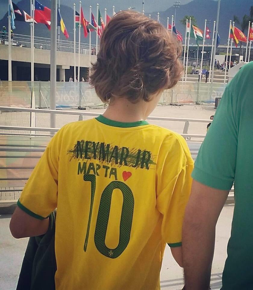 A imagem de um menino com a camisa 10 canarinho, o nome de Neymar riscado e o de Marta escrito à mão varreu a internet