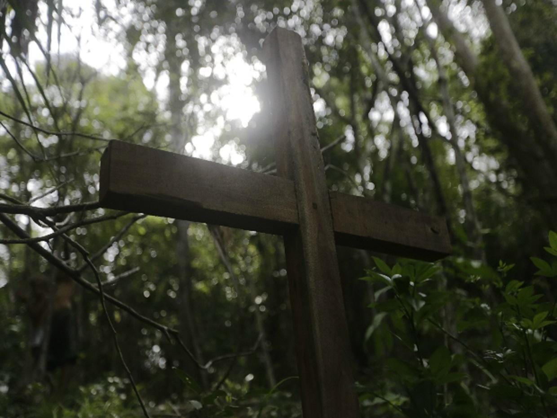 Uma cruz de madeira mostra o local onde o corpo de Antônio Isídio foi encontrado, no Maranhão, em 2015