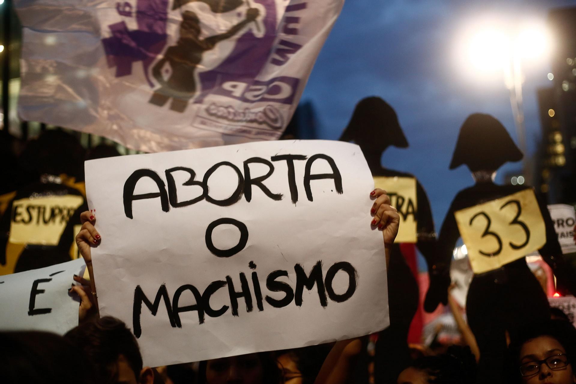 Feministas e representantes de movimentos sociais protestam em São Paulo