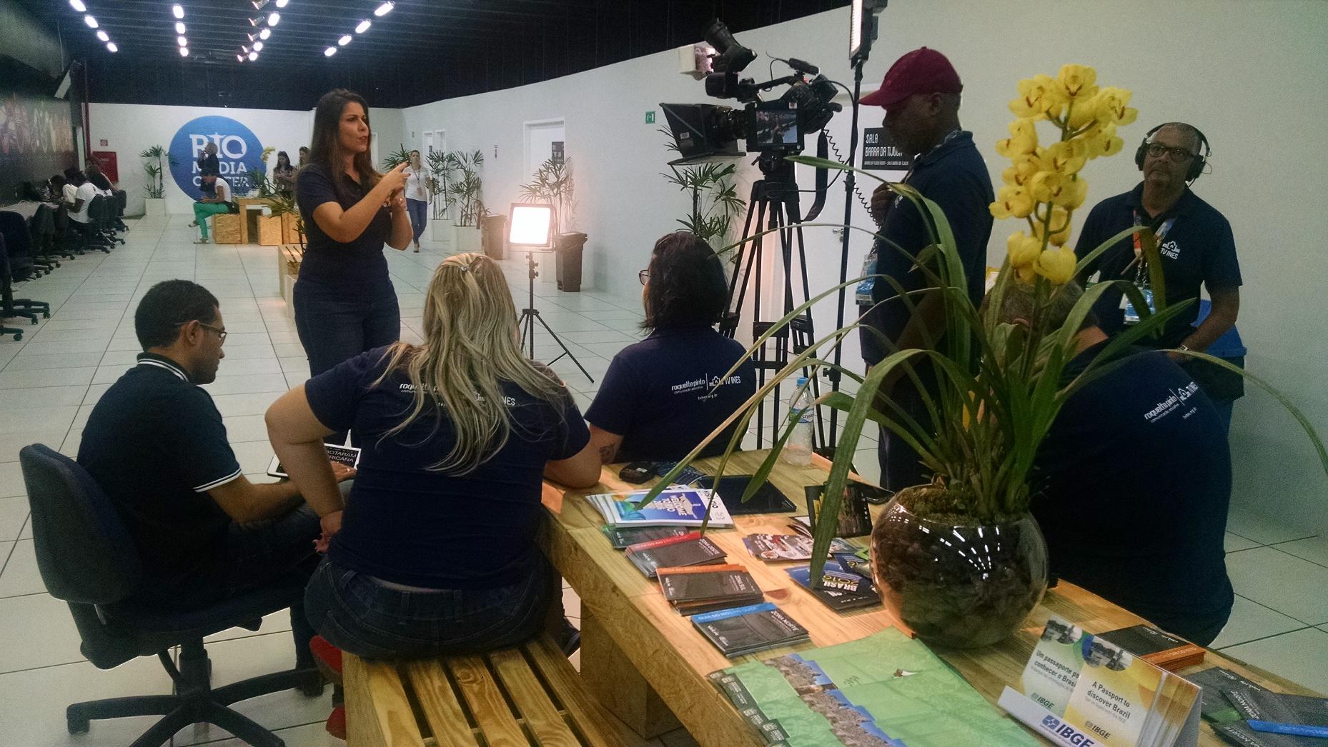 A equipe de trabalha com Clarissa inclui cinegrafistas, profissionais de luz e som e intérpretes. Foto de Carla Zacconi