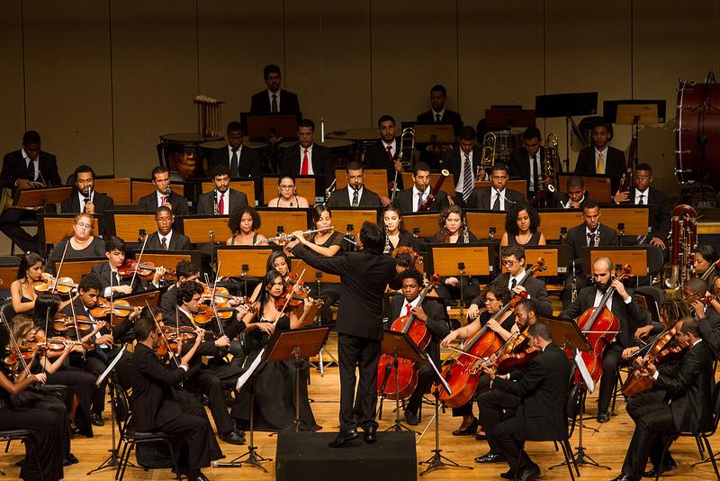 A Orquestra Juvenil da Bahia sob a batuta do maestro Ricardo Castro: em Paris (Foto: