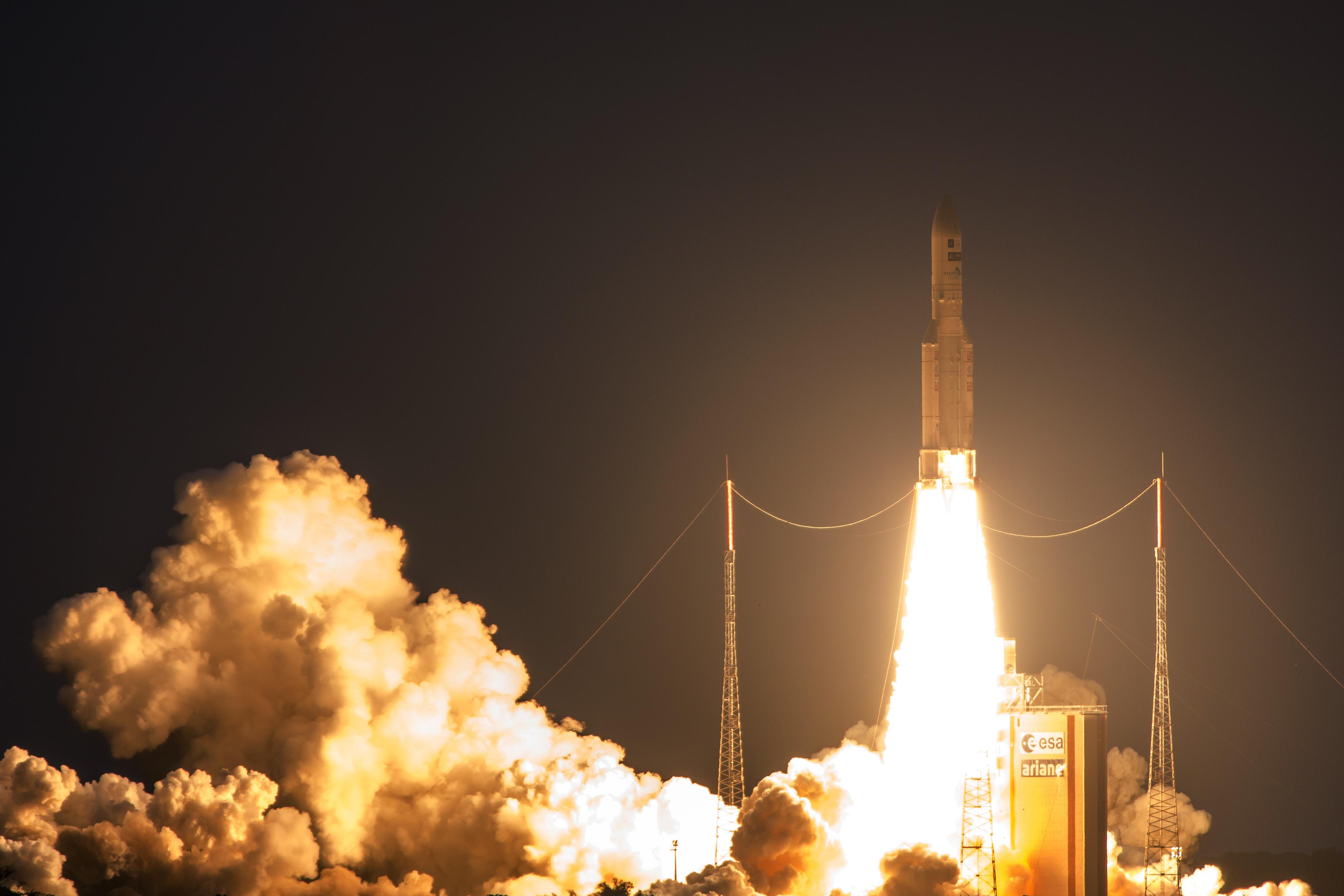Foguete Ariane 5 com dois satélites a bordo, um deles brasileiro