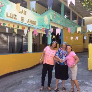 Vó Nescy (no meio) e duas voluntárias do projeto