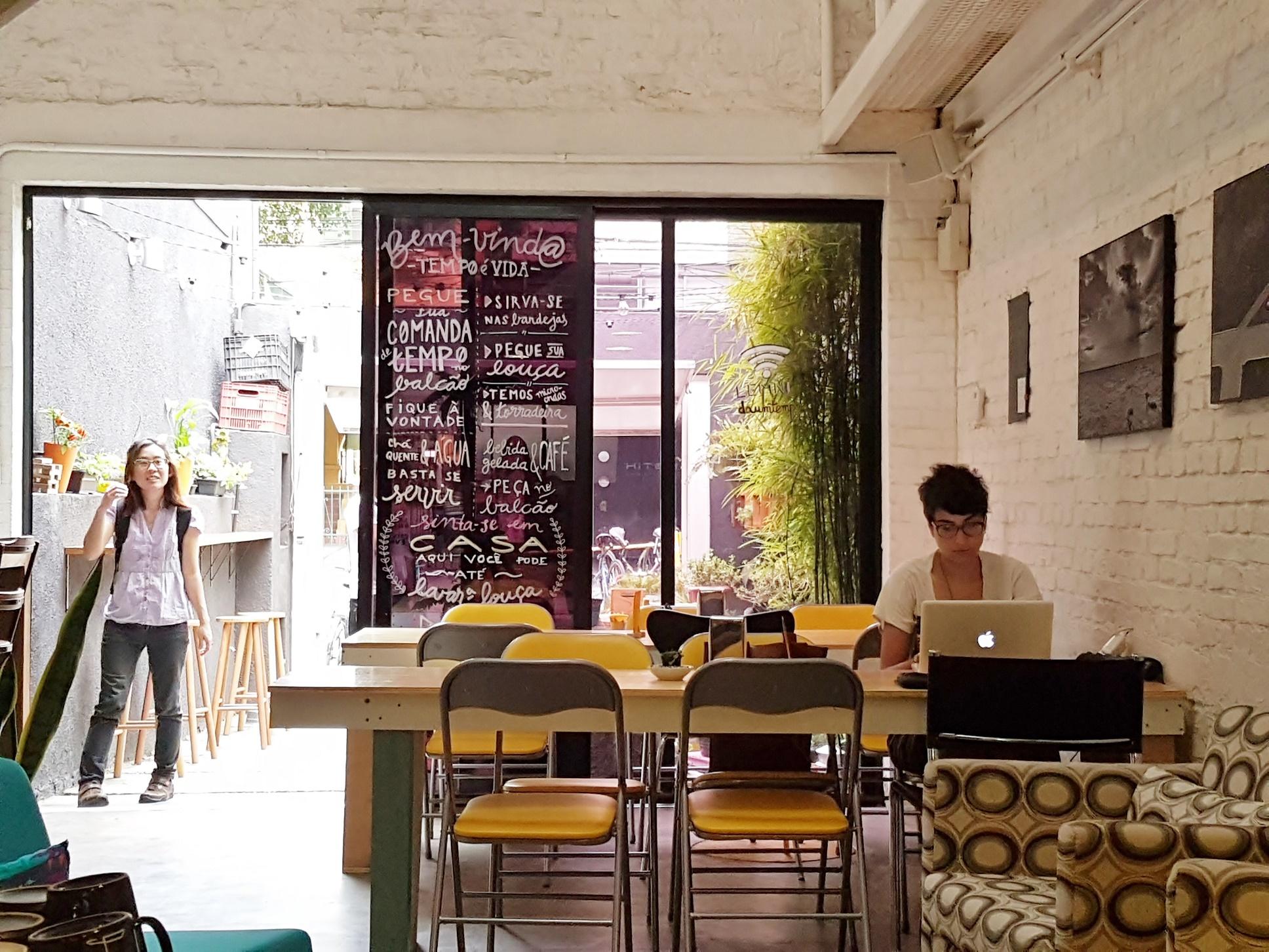 Diferentemente de um café normal, o propósito do Lemni não é incentivar o consumo, mas a comunicação e a interação entre os clientes. Foto de Florência Costa