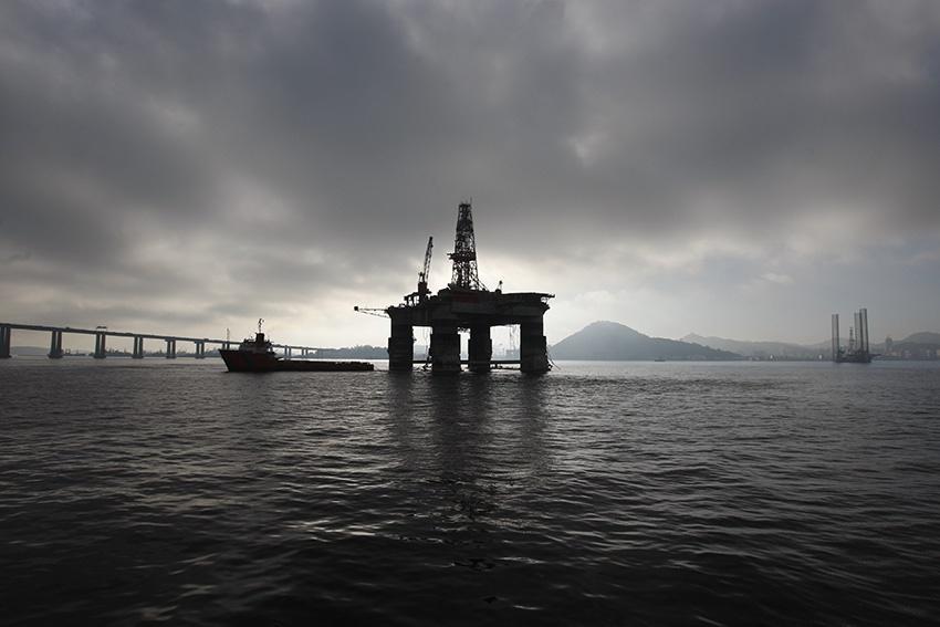 Plataforma de petróleo no meio da baía