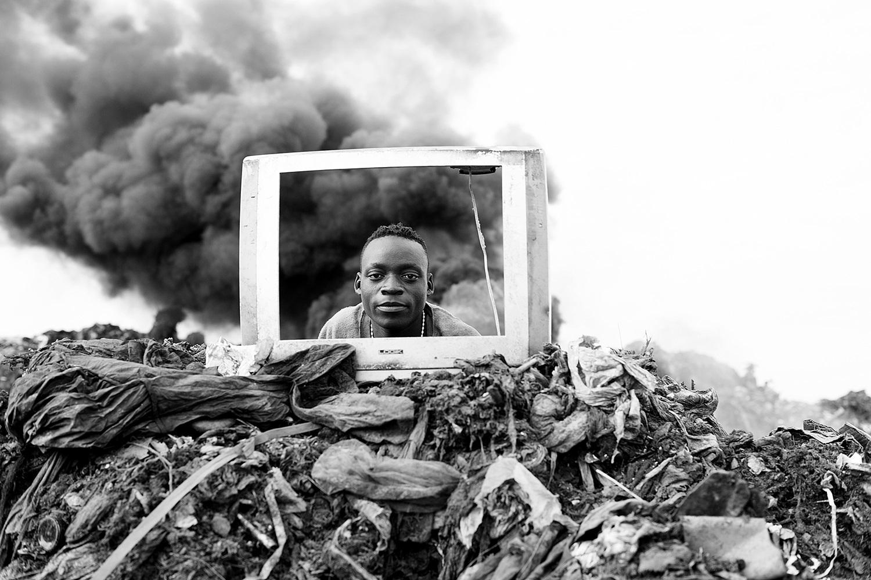 Trabalho de Macilau mostra como o consumo excessivo de produtos eletrônicos está se transformando num ciclo de doença e morte
