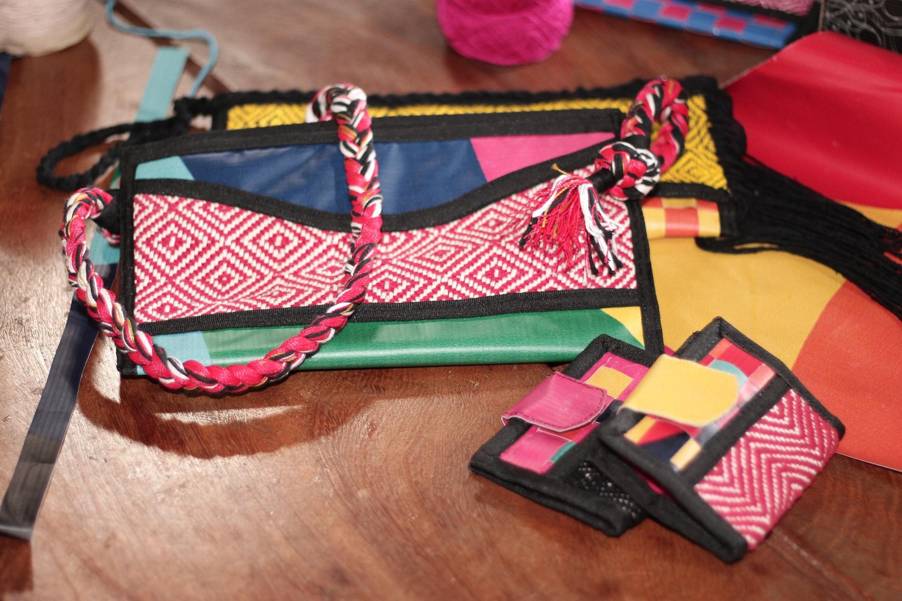 Bolsas feitas com lona ortofônica, revestimento de plástico vazado e maleável usado nos trios elétricos da Bahia. Foto de Divulgação