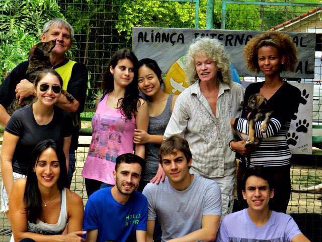 Egonm Buse, de colete verde, e Ila Franco, cordenadores da Aila, recebem estudantes na sede da Aila