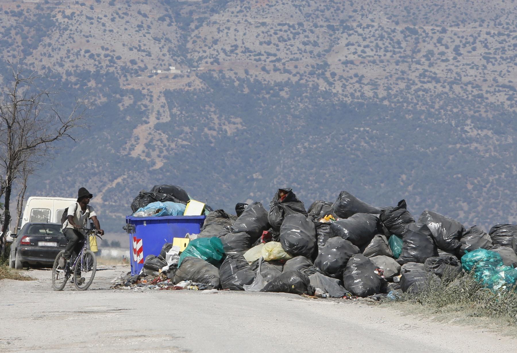 Nos guetos, o lixo é recolhido uma vez a cada dez dias e nesse meio tempo se acumula na estrada. Foto de Riccardo De Luca