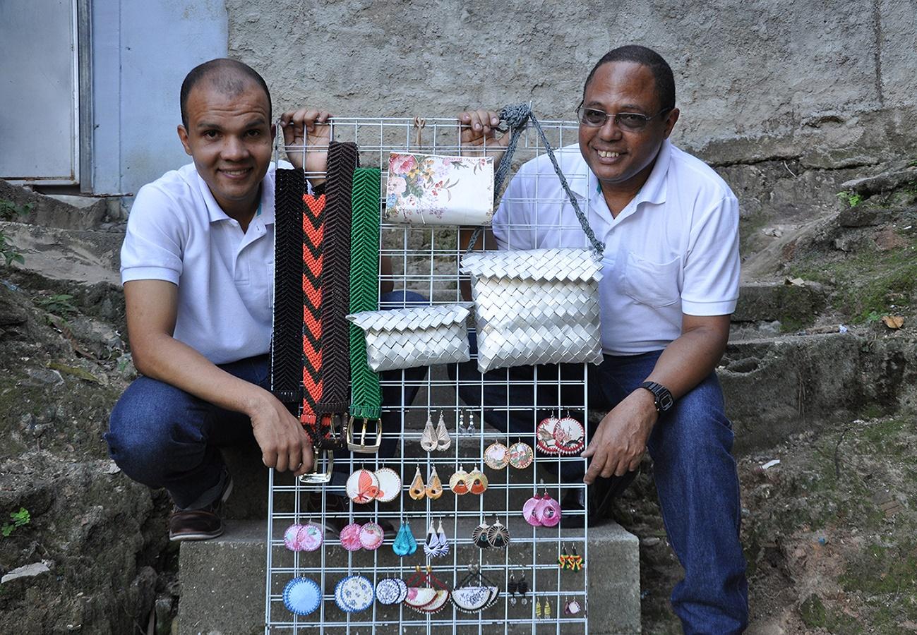 Julio Cesar de Moraes, à direita, faz, com o filho Ricardo, bolsas, cintos, pulseiras, brincos e peças em macramê utilizando material reciclado. Divulgação