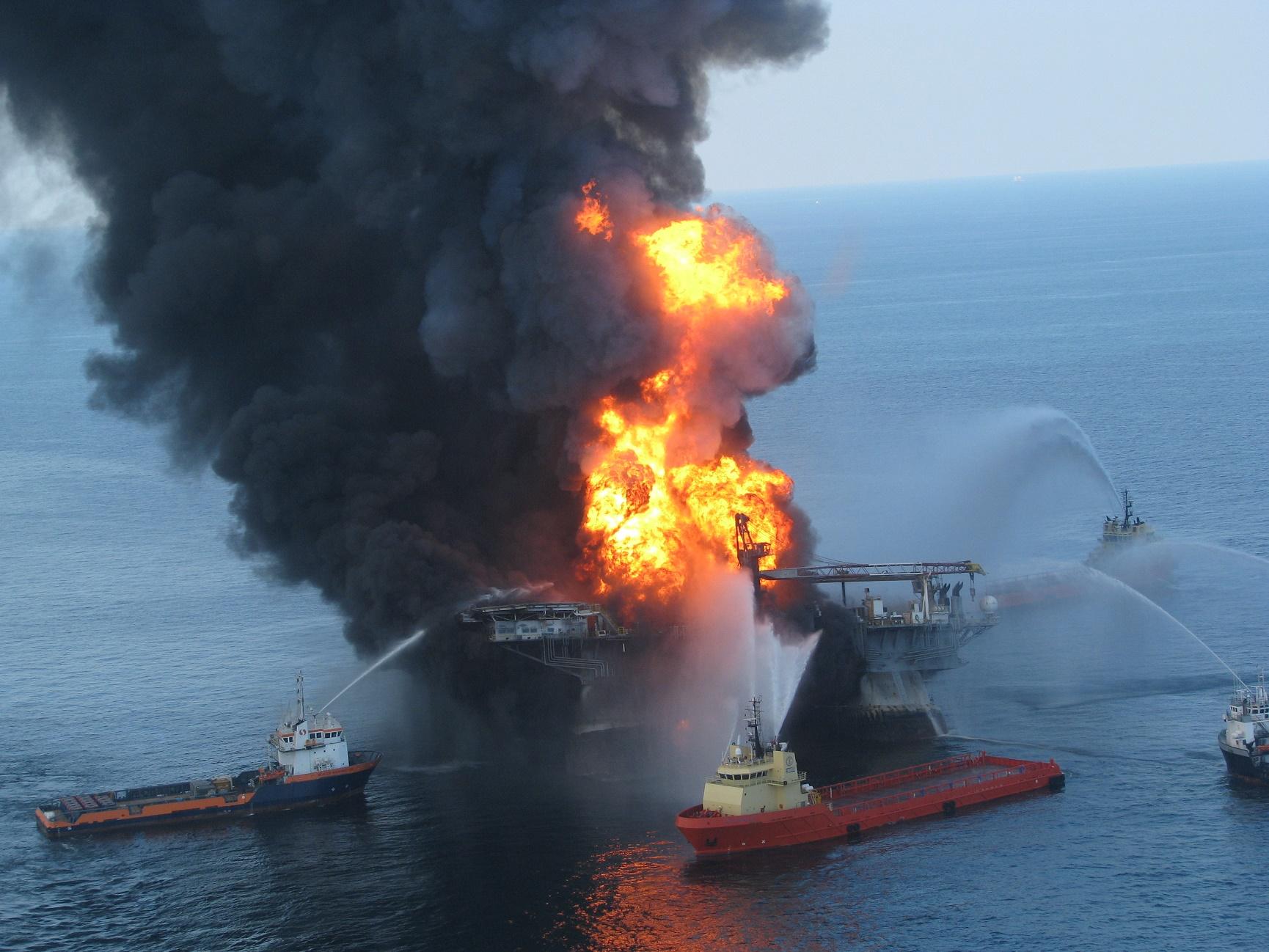 A explosão da plataforma Deepwater Horizon, operada pela Transocean e alugada à BP, causou o maior vazamento de petróleo do mundo. Foto Guarda Costeira dos EUA