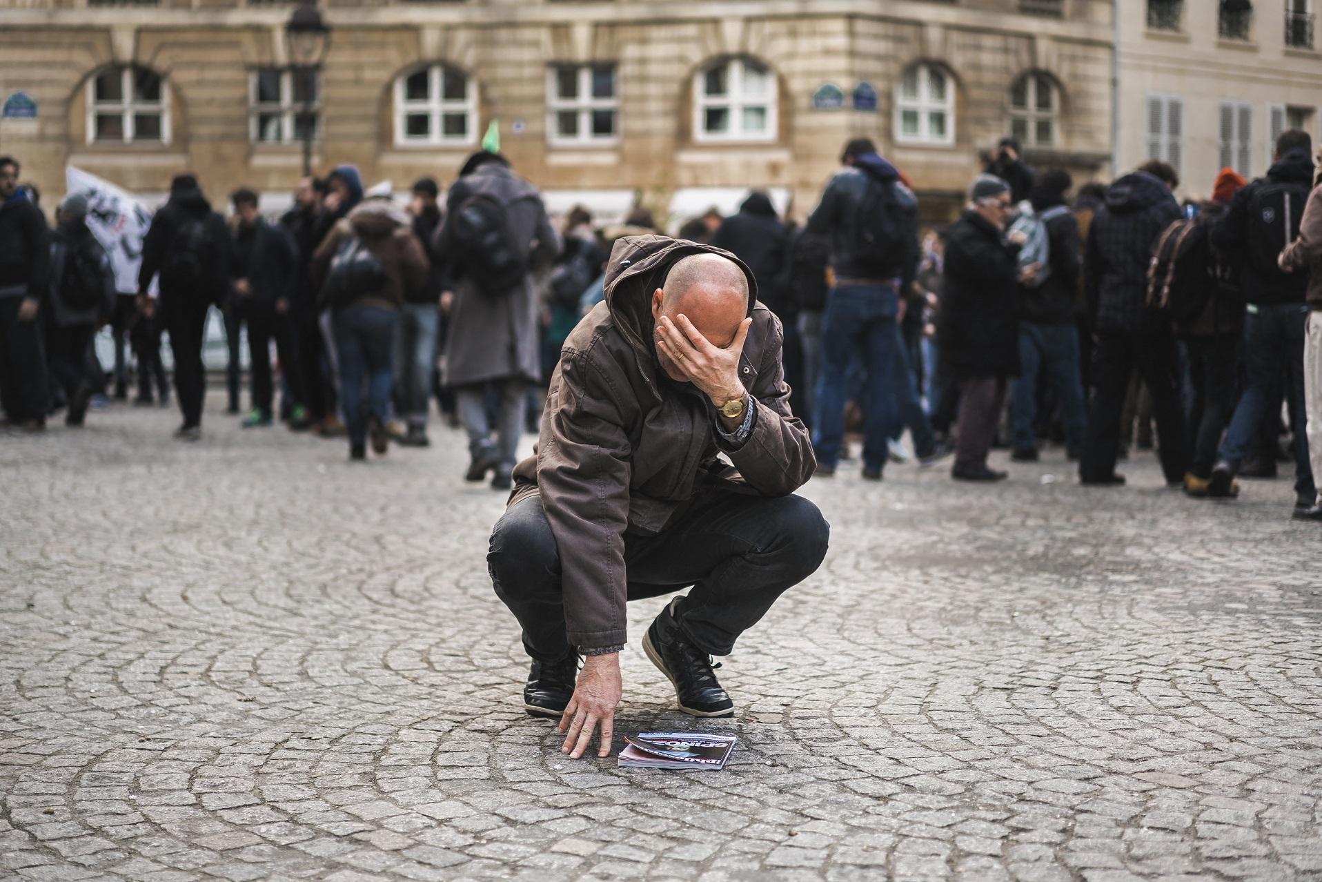 Homem chora após ser atingindo por gás durante uma manifestação contra as reformas trabalhistas na França. Foto de Simon Guillemin/Hans Lucas